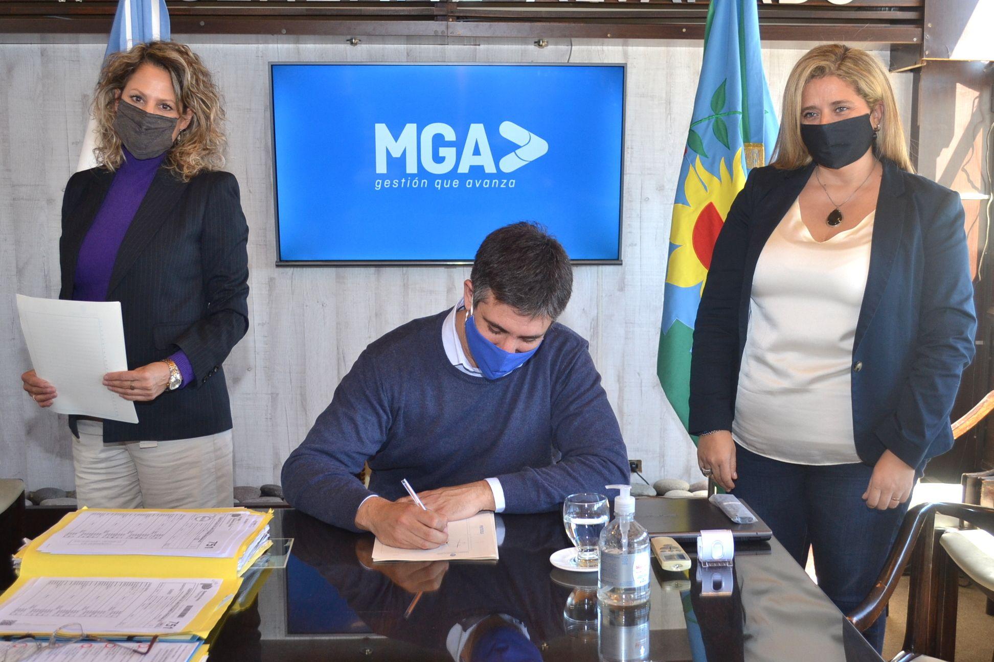 Firma de 86 escrituras para beneficiarios de Otamendi y Miramar.